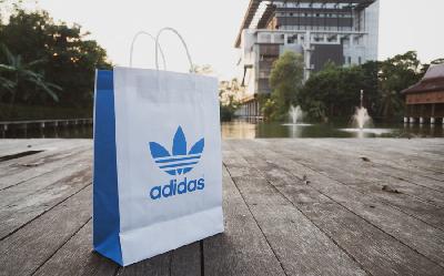 15% кешбэк за любые покупки в Adidas на сайте или в мобильном приложении при оплате картой МИР